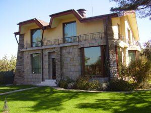 къща с облицовка от ивайловградски гнайс