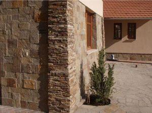 къща с облицовка от ивайловградски гнайс и зидария кокал
